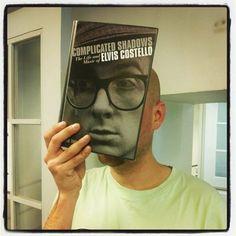 Costellolla on liian iso pää, ei löytynyt vertaista kirjastosedistä. 8) #bookface #bookfacefriday #TGIF #kallionkirjasto  http://instagram.com/kallionkirjasto