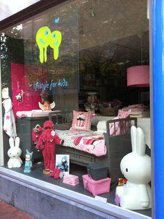Nieuwe etalage gemaakt voor onze babywinkel / kinderwinkel in Leiden! www.jutenjuul.nl