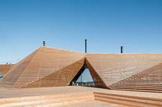 """Irgendwann soll """"Löyly"""" vom Architekturbüro Avanto an einen der vielen Granitfelsen an der Küste Helsinkis erinnern. Die Witterung lässt die 4000 Holzlamellen langsam ergrauen. (Foto: © 2016 Kuvatoimisto Kuvio Oy)"""