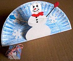 Muñeco de nieve en plato de papel.