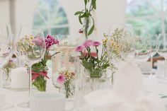 DIY Deko Hochzeiten www.lovelyweddingpics.de Entertainment Table, Glass Vase, Wedding Flowers, Table Settings, Entertaining, Table Decorations, Furniture, Instagram, Tabletop