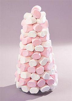 Pyramide bonbons chamallow - Pour un effet grandiose, optez pour une pyramide en polystyrène 30cm et piquez vos bonbons, guimauves ou marshmallow, qui seront du plus bel effet sur votre candy bar ! http://www.mariage.fr/cone-en-polystyrene-30-cm-pas-cher.html