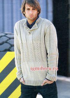 Серо-бежевый мужской джемпер с воротником поло. Вязание спицами для мужчин