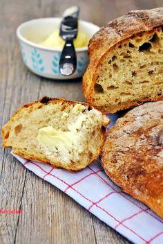 Ein Laib von diesem Kartoffel-Dinkelbrot hat in unserem Haushalt eine Haltbarkeit von einem Tag! Länger hält es hier einfach nicht. Ich bin froh, wenn dieses selbstgebackene Brot vollständig ausküh…