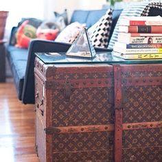 #Chique, muito chique: #malas e #baús antigos estilo #vintage como #mesas de apoio na sala de estar. Um tampo de #vidro ajuda a conservar a peça e permite que você a use sem medo de estragá-la.