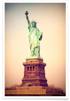 Vintage View of the Statue of Liberty of JaySan Studio now on JUNIQE!