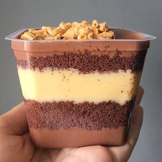 Bolo no Pote 🍰( Cake Filling Recipes, Healthy Dessert Recipes, Brownie Recipes, Delicious Desserts, Snack Recipes, Yummy Food, Cooking Recipes, Dessert Packaging, Dessert Boxes