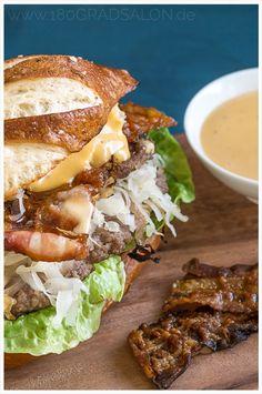 Burger mit Sauerkraut, Bacon und Biersoße Burger with sauerkraut, bacon and beer sauce