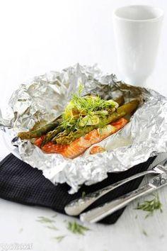 Lohifilee ja parsa uunissa | Kotivinkki Spanakopita, Japchae, Asparagus, Parsa, Cabbage, Good Food, Food And Drink, Fish, Vegetables