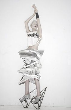 fashion art - sculptural fashion with strong geometric lines, using fabric manipulation to create shapes & dramatic structure Michele Castellano Geometric Fashion, 3d Fashion, Weird Fashion, Editorial Fashion, Fashion Design, Womens Fashion, Trendy Fashion, Mode Origami, Modelos 3d