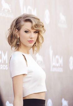 Taylor Swift Hairstyles - Check here for Taylor Swift's Curly, Straight, Short, Long Hair. Find more hairstyles of Taylor Swift using our tutorial. Taylor Swift Moda, Taylor Swift Outfits, Taylor Swift Style, Taylor Alison Swift, Taylor Swift Short Hair, Swift 3, Red Taylor, Cute Hairstyles For Teens, Teen Hairstyles