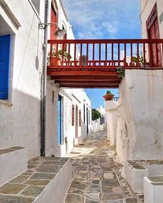 The unique Cycladic colors inside the alley of Kastro village , at Sifnos island (Σίφνος)❤️. A island with positive energy into the atmosphere and a lot of picturesque places to take a walk !