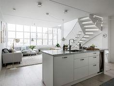 På köksön, som separerar köket från vardagsrummet, finns gott om arbetsyta. Det är inte svårt att förstå att köket byggts för någon med matlagningsglädje. Köksön rymmer också en smidig vinkyl från Avintage   Ballingslöv