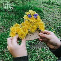 Try this fun fine motor activity this spring! Just grab a fistful of dandelions and start threading them on your DIY board. This is the perfect activity for reusing extra pieces of cardboard that you have laying around the house. Spring is the perfect time for nature activities! Get outside and give this one a try with your kids. Diy Nature, Theme Nature, Nature Crafts, Forest School Activities, Nature Activities, Spring Activities, Outdoor Activities For Kids, Toddler Crafts, Preschool Activities