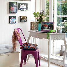Wohnideen  Arbeitszimmer Home Office Büro - Weiß Landhausstil Büro zu Hause mit rosa Stuhl