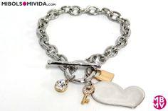 Original pulsera para San Valentin. Cadena de eslabones en rodio con detalles: corazón, diamante, llave y candado. De MBMV.