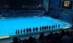 Los equipos de polo acuático de Australia y Kazakstán  se saludan antes de la competencia.