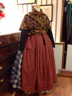 La basquiña, Teruel Warrior Fashion, European Dress, Don Juan, Europe Fashion, Folk Costume, Fashion Face, High Neck Dress, Sari, Traditional