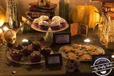 Decoración y recetas para preparar una mesa dulce temática de Halloween Table Settings, Crafty, Halloween, Candy Buffet, Candy Stations, Garlands, Mesas, Recipes, Table Top Decorations