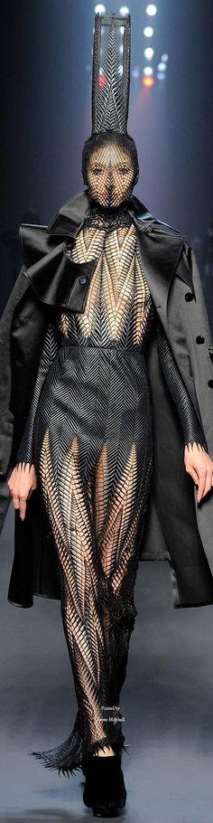 Jean Paul Gaultier Fall 2015 Couture contraste lineas y piel