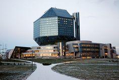 秘密基地のような外観のベラルーシ国立図書館(ベラルーシ共和国)