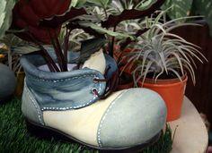 Dieser Schuh scheint wie neu gestrichen worden ist damit es mehr wie ein Miniatur-Schuh aussehen kann. Dieser junge Schuh steht im Mittelpunkt, wenn Sie in einem indoor-Setup vor allem mitten in eine Reihe von üblichen Pflanzgefäße gelegt.