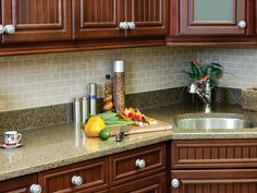 The Smart Tiles easily cover small and tricky areas, like the space between the counter and cabinets. Of course, you have to cut the tiles, as here the Subway Sand Mosaic model, and there is nothing easier by simply using a standard box cutter.