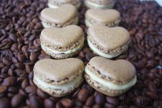 Kaffeekränzchen: Feine Kaffee-Macarons in Herzform #Rezept #recipe #macarons