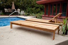 Outdoor chaise lounge plans built using cedar; outdoor chaise lounge flat and inclined rest Modern Outdoor Chairs, Outdoor Garden Furniture, Outdoor Spaces, Outdoor Living, Outdoor Decor, Outdoor Pallet, Outdoor Loungers, Diy Terrasse, Bois Diy