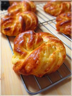 PANECILLOS TRENZADOS DE QUESO Mexican Sweet Breads, Mexican Food Recipes, Sweet Recipes, Dessert Recipes, Biscuit Bread, Pan Bread, Soft Bread Recipe, Cream Cheese Biscuits, Chilean Recipes