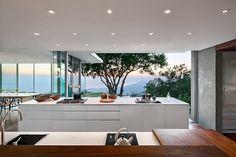 decoracao-cozinha-em-ilha-com-portas-de-vidro-casa-na-california-por-neumann-mendro-andrulaitis-arquitetos