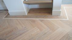 MoreFloors - Vloeren breda Europees reuze tapis visgraat vloer 8 x 150 x 600 mm in het werk behandeld met Royl Alaska white afgewerkt met band en essen maple bies en naadloze overgang tegels