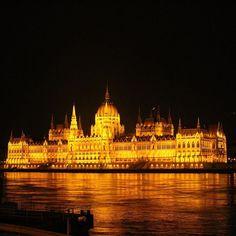 Instagram【creamonster_】さんの写真をピンしています。 《2016.FEB.07🇭🇺 오페라하우스에서 만난 낯선이와 부다페스트 야경감상🌙 #2016#겨울#유럽여행#헝가리#부다페스트#국회의사당#오페라하우스#야경#여행스타그램#여행에미치다#winter#travel#europe#hungary#budapest#parliament#budapestparliament#opera#night#nightscape#canon100d#nofilter#travelgram#欧洲#旅游#冬天#匈牙利#布达佩斯#国会議事堂#夜景》