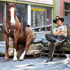 the walking dead behind the scenes--- the horse is alive!!!