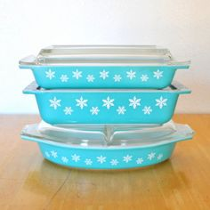 pyrex space savers and divided dish - turquoise snowflakes with lids doorway puppet theatre cute camera strap Spring Cleaning from Top to Bo. Vintage Bowls, Vintage Kitchenware, Vintage Dishes, Vintage Pyrex, Pyrex Bowls, Kitchen Collection, Kitchen Colors, Snowflakes, Turquoise