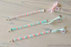 Bracelet tissé à la main fait de perles de verre de haute qualité Miyuki Delica dans les tons de blanc (mère de perle), argent, monnaie/aqua et