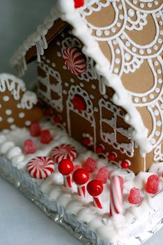 Cute roof idea.  Idea for next years family gingerbread competition