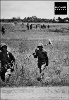 On the Road from Namdinh to Thaibinh. May 25th, 1954. Soldiers with mine detectors//Robert Capa