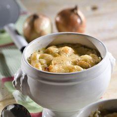 Zwiebeln schälen und in Streifen schneiden. Thymian waschen und fein hacken. Butter im Suppentopf erhitzen und die Zwiebeln darin bei mittlerer Hitze...