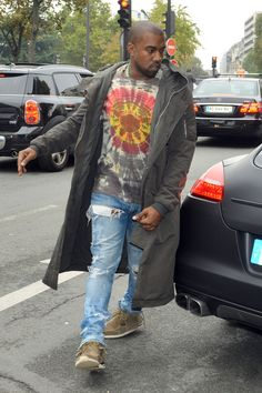 Kanye West was spotted getting out of his car in Paris late last month. The rapper wore his custom Levi's 514 jeans with a tie-dye shirt and some fringed sneakers. He then finished it off Kanye West Outfits, Kanye West Style, High Street Fashion, Street Style, Streetwear Mode, Streetwear Fashion, Denim Blog, Urban Dresses, Stylish Men