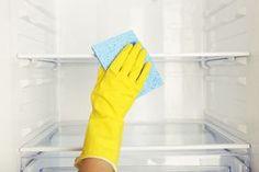 Cómo limpiar tu nevera con bicarbonato: ara limpiar tu nevera con bicarbonato, vas a necesitar: 1 litro de agua caliente 2 cucharadas soperas de bicarbonato 1 toalla o trapo 1 limón