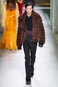 Bottega Veneta Fall 2020 Ready-to-Wear Fashion Show - Vogue 2020 Fashion Trends, Fashion News, Fashion Brands, Mens Fashion, Luxury Fashion, Star Clothing, Clothing Co, Vogue, Show Bar