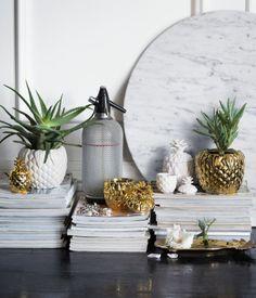 Valkoinen/Ananas. Vahakynttilä kannellisessa, ananaksen muotoisessa keramiikka-astiassa. Tuoksuton. Halkaisija 6 cm, korkeus 9,5 cm. Paloaika 15 tuntia.