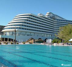 Hotel Titanic Beach Resort is misschien wel het bekendste hotel aan de Turkse Rivièra. Het hotel is gebouwd in de vorm van een wit cruiseschip.