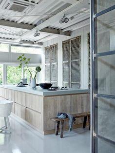 witte vloer, lichte houten keuken, licht blad, betonlook