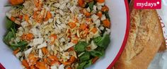 Sommersalat mit Babyspinat, Hähnchenbruststreifen und Sharon - Dieses und viele weitere leckere Rezepte warten auf Dich im mydays Magazin.