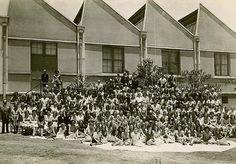 Fotos da Fábrika de fitas Venske, que funcionou no prédio desde a construção, em 1938, até 1980. As imagens são do livro Fitas e Bandeiras Venske, de Orlando Azevedo. Atual é o Instituto Goethe.