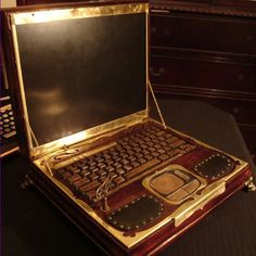 Steampunk laptop - Given my love of mixed antiques, history, vintage, and retro-future.what I wouldn't GIVE for a steampunk styled desk with Oriental accents. Orientalism was huge in the Victorian era! Moda Steampunk, Design Steampunk, Costume Steampunk, Steampunk Kunst, Steampunk Artwork, Style Steampunk, Victorian Steampunk, Steampunk Fashion, Victorian Era