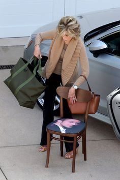 Here's a picture of the one and only Jane Fonda filming Grace and Frankie. | Just A Picture Of Jane Fonda With A Ryan Gosling Chair