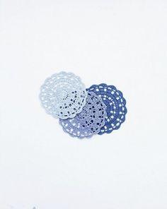 Aucci Doily: Серое и серебро.  Угольная салфетка, диаметр 11,3 см.  Бесплатная схема в блоге или см. следующее фото.   Вязание на заказ: 400 рублей + бесплатная доставка.